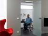 Mann im Rollstuhl fährt durch offene Tür