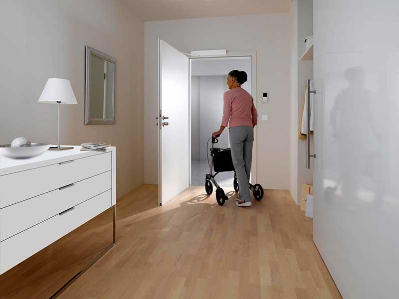 Attrayant Frau Mit Rollator An Wohnungseingangstür ...