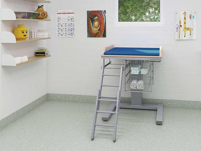 wickeltische pflegetische pflegeliegen duschliegen nullbarriere. Black Bedroom Furniture Sets. Home Design Ideas
