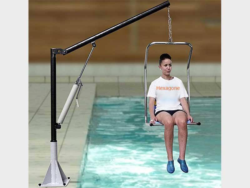 Der Schwimmbeckenlift Hebt Eine Person über Einen Flaschenzug In Das  Schwimmbecken.